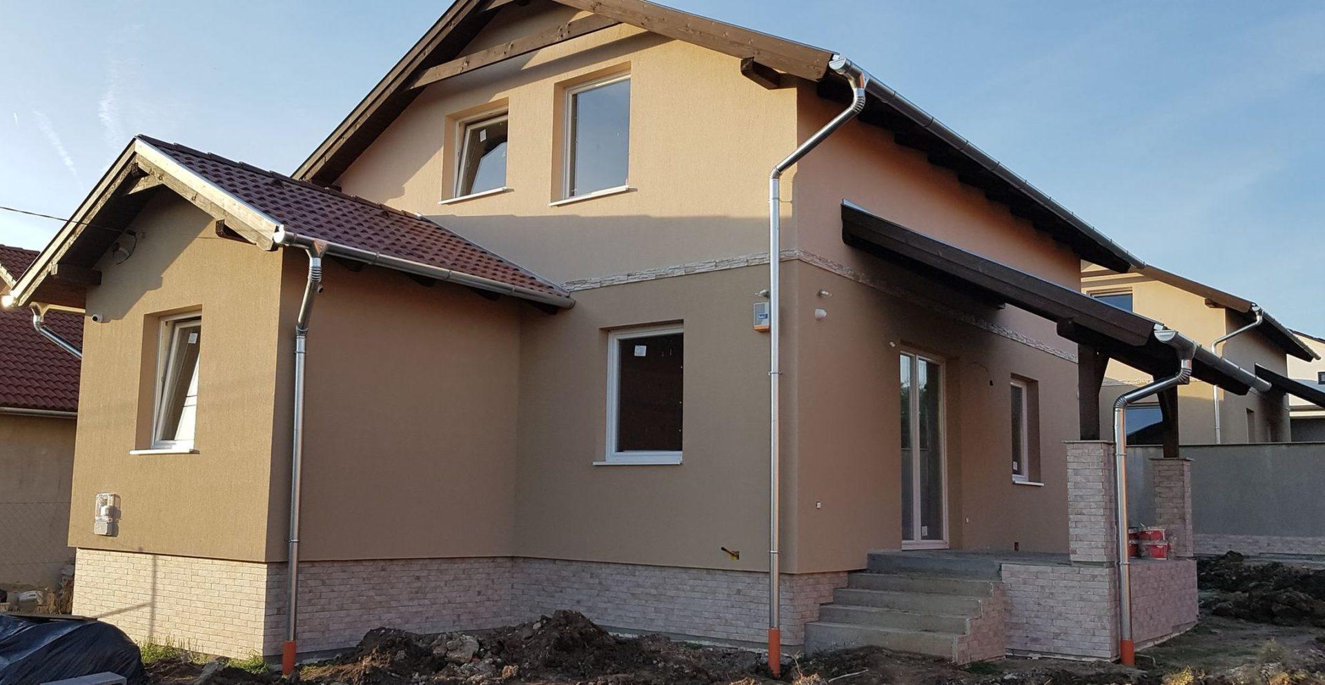 Maglódon,családi házak között eladó egy új építésű,belső kétszintes családi ház!