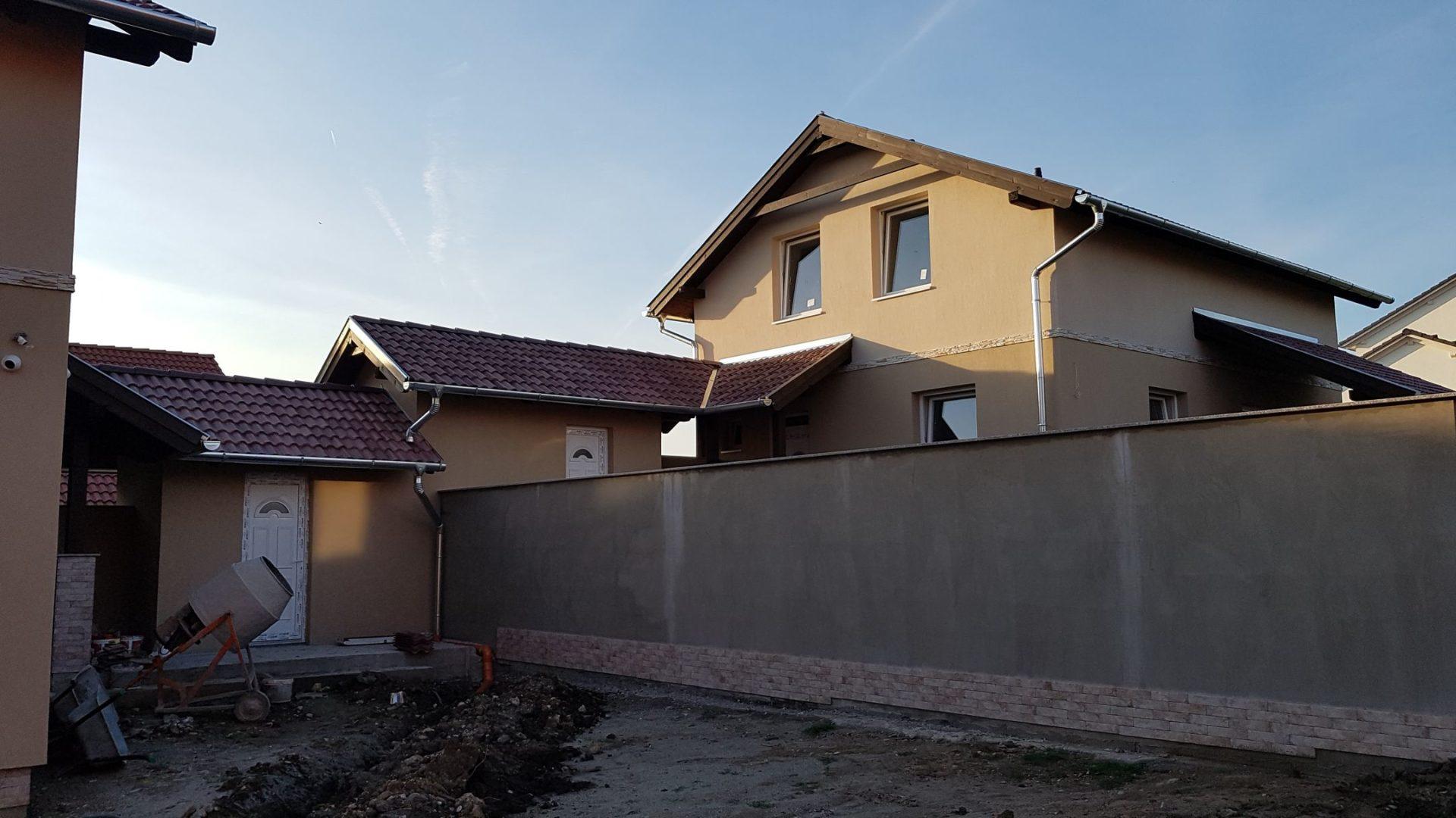 Ecser egy nagyon szép,igényes,új építésű részén, belső kétszintes,tárolókapcsolatos,új építésű családi ház eladó!