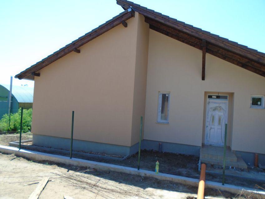 Új építésű,egyedi tervezésű,96,4 m2,3 szobás,fedett garázsos,nagy kerttel
