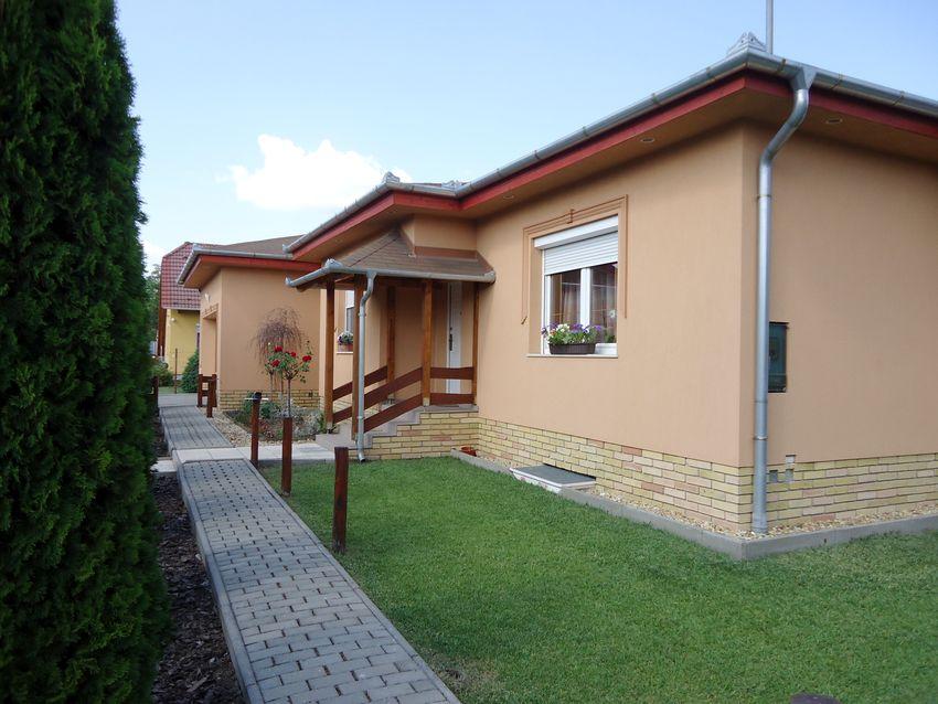 Újszerű,164 m2-s,3 szobás,szuterénes-duplagarázsos,parkosított családi ház