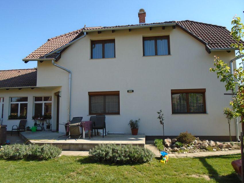 Családias,kellemes környezetben,szép állapotú családi ház parkosított kerttel eladó!
