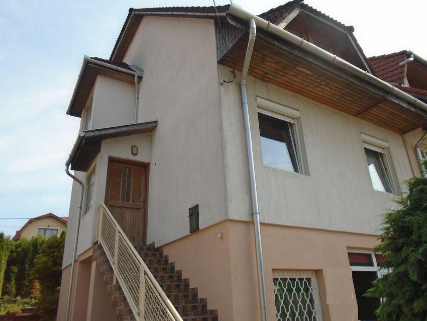 Pécelen,domboldalban,szép kilátással 4 szintes sorházi lakás eladó!