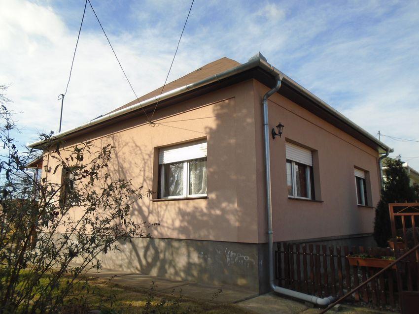 Ecseren, nagyon jó közlekedéssel,aszfaltos utcában eladó egy teljesen felújított családi ház!