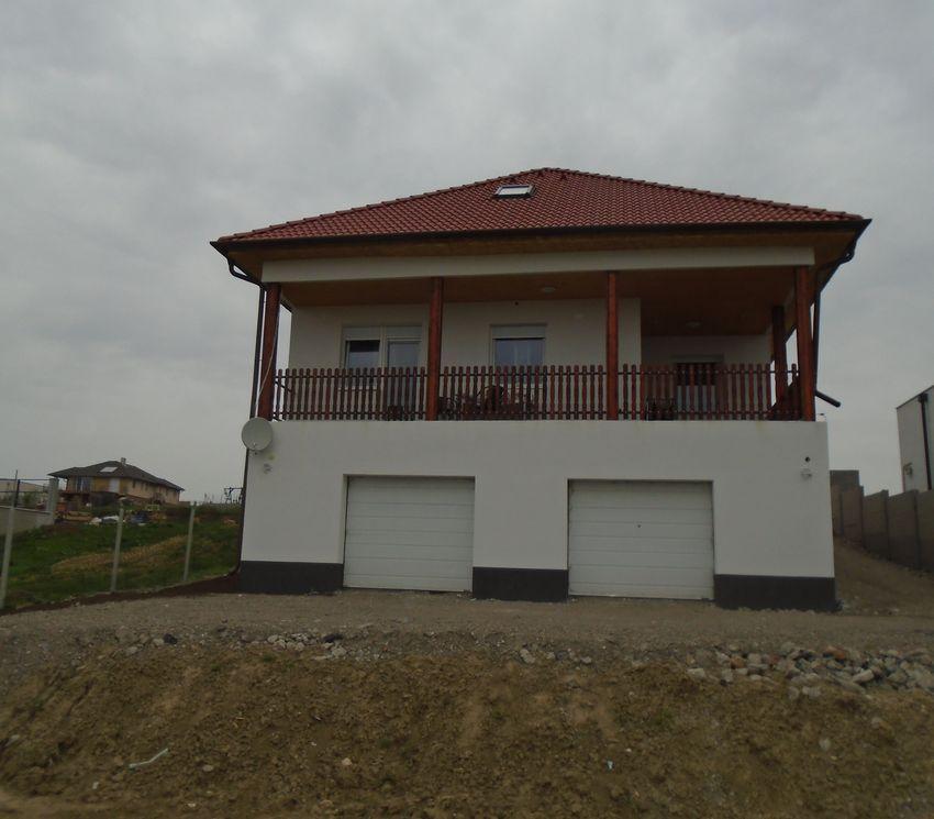 Pécel egyik domboldalában, örök panorámás, új építésű családi ház eladó!
