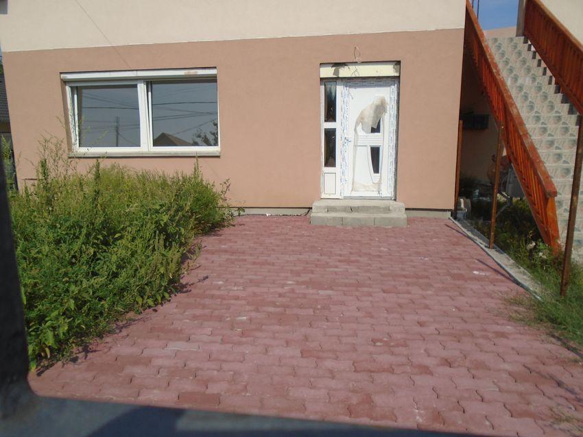 Maglód új építésű részén, fiatalos környezetben eladó egy TELJESEN felújított ház földszinti lakása!