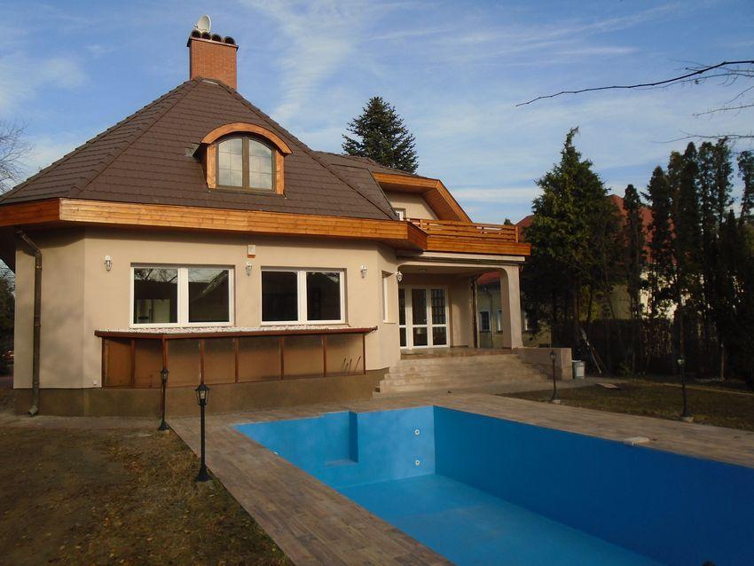 A főváros 17.kerületében nagyon impozáns környéken eladó egy teljesen felújított családi ház/
