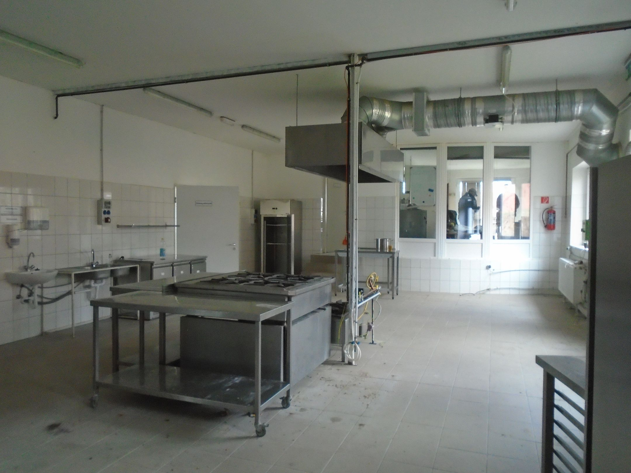 Teljesen felújított vendéglátóipari egység (kifőzde-konyha) teljes felszereléssel,tetőtéri lakással kiadó vagy eladó!