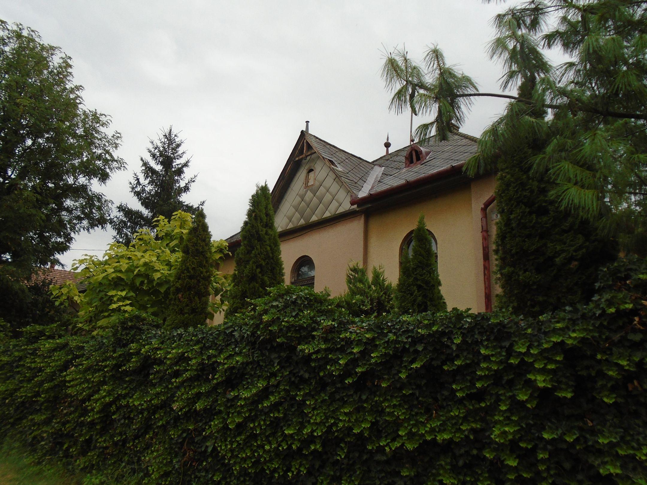Sülysáp központjában,csendes utcában eladó egy tégla építésű,felújításra szoruló,kicsit rusztikus családi ház!