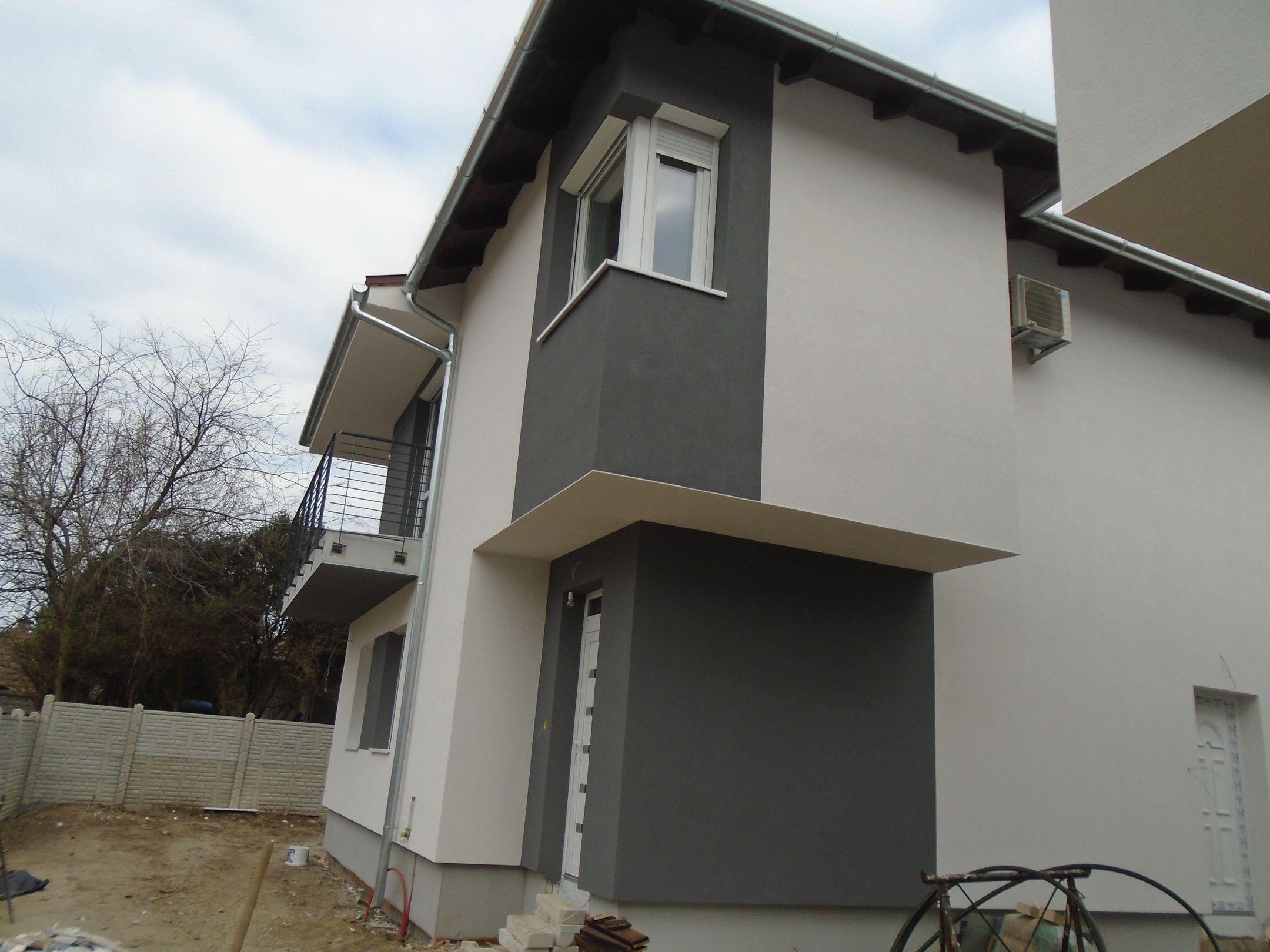 Gyömrő központjában,családi házak között,nyugodt környezetben eladó egy új építésű,belső kétszintes ikerlakás!