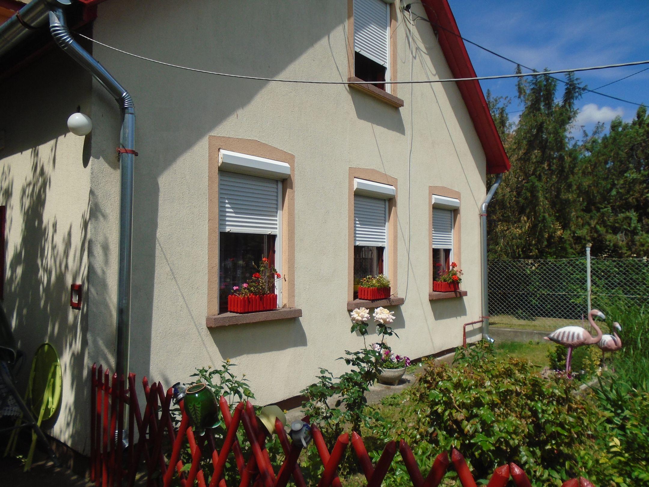 Maglód központjában,csendes utcában, jó állapotú 3 generációs, tetőteres családi ház ápolt kerttel eladó!