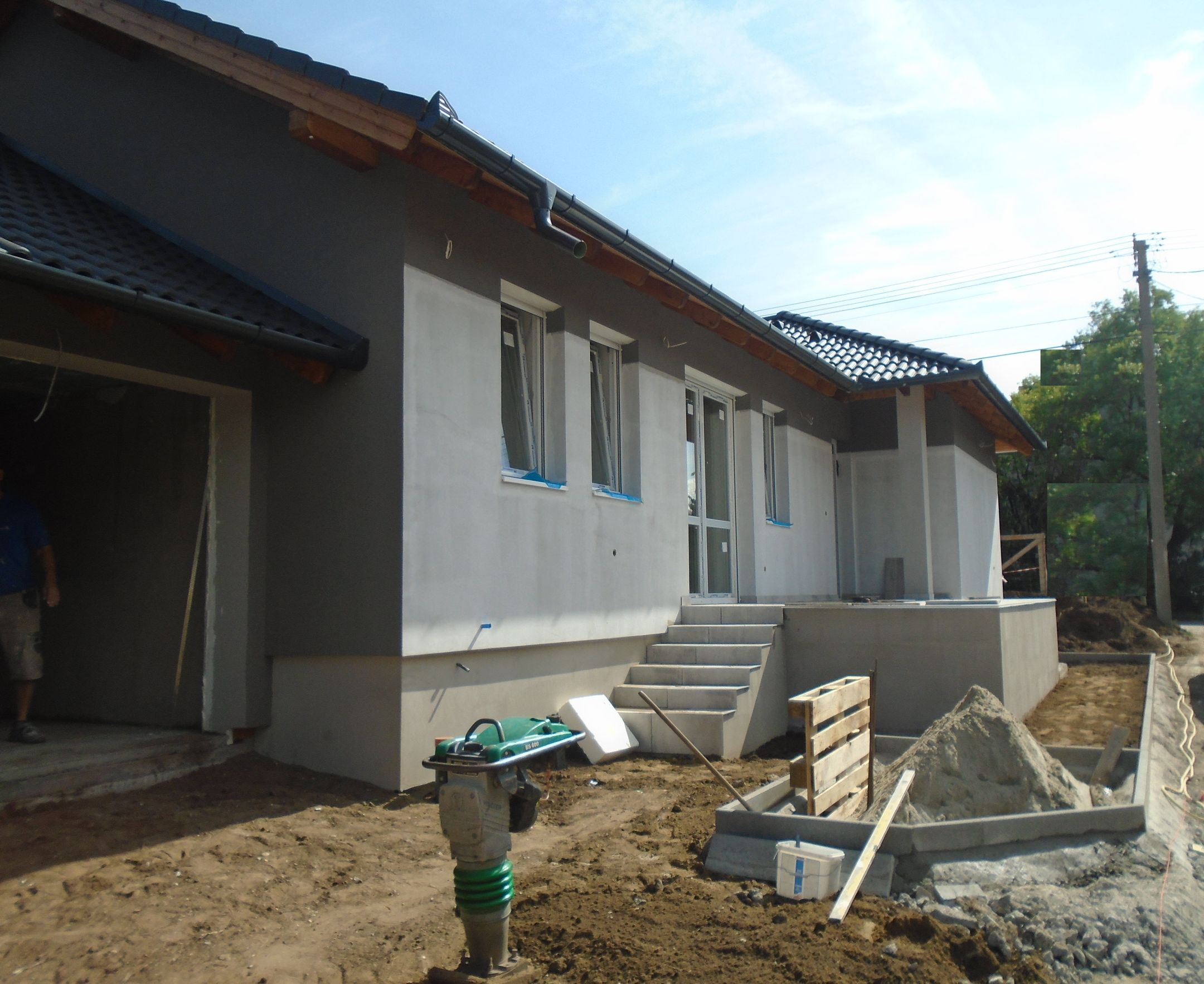 Gyömrő egyik szélén,családi házak között új építésű,garázs kapcsolatos ikerlakás eladó!