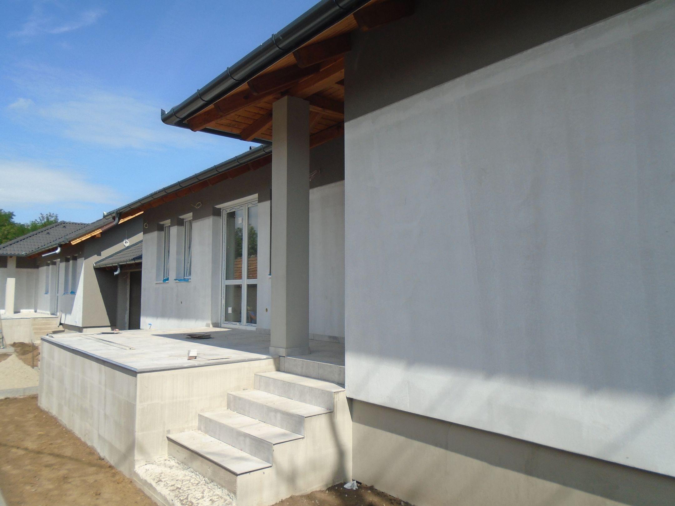 Gyömrő központjához közel,családi házas környezetben eladó egy új építésű,garázskapcsolatos ikerház!