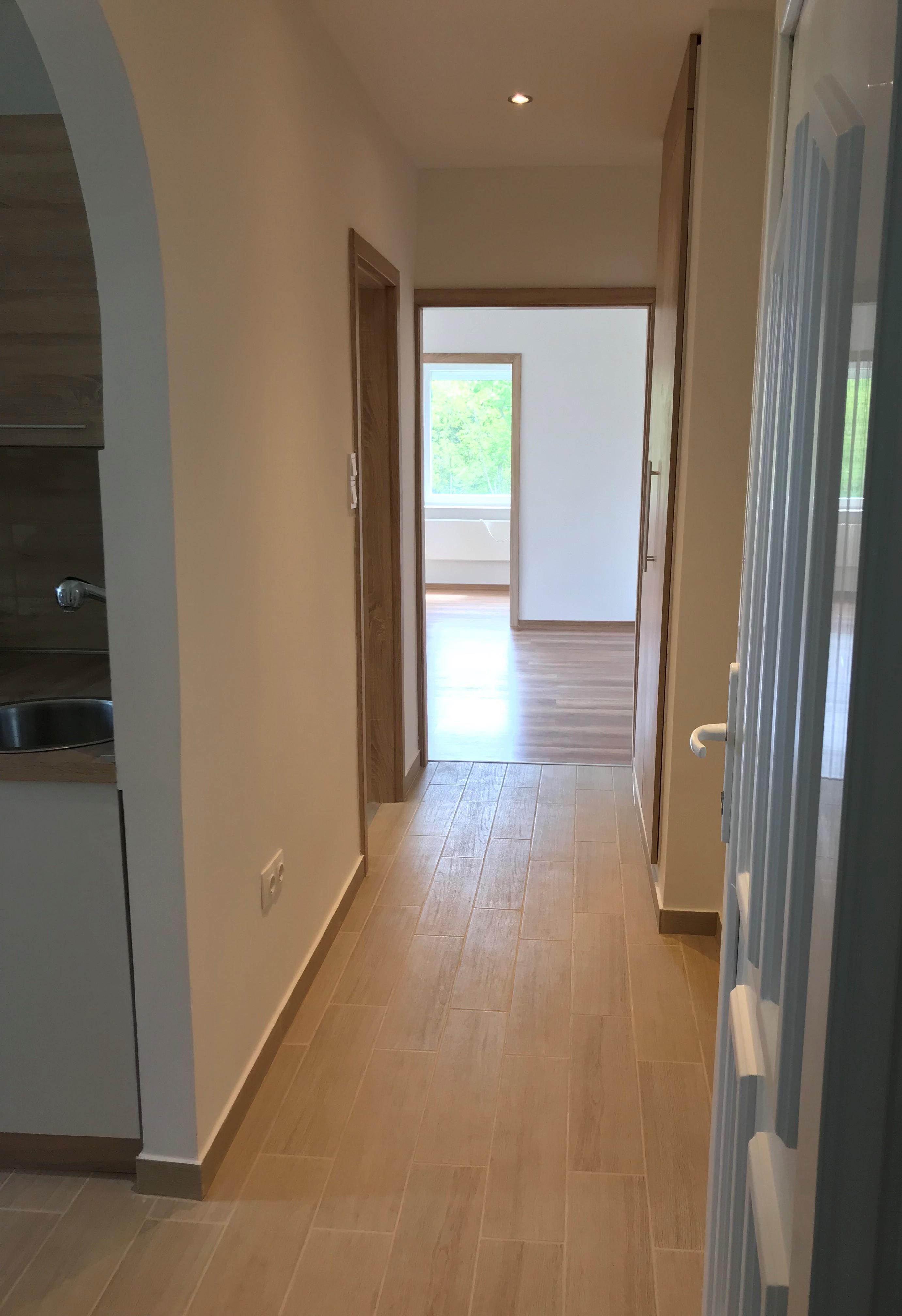 Gyömrő egyik régebbi lakótelepén,csendes,békés környezetben eladó egy teljesen felújított tégla lakás!