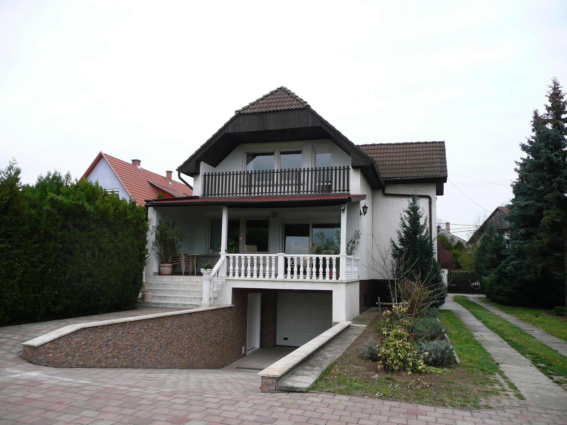 Ecser közkedvelt részén,de nem lakóparkban,igényesen felújított,keveset lakott belső kétszintes családi ház eladó!